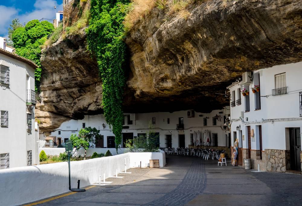 https://uwalk.ie/wp-content/uploads/2019/01/Andalucia-Walking-Tour-Setenil-de-las-Bodegas.jpg