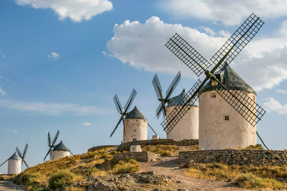 https://uwalk.ie/wp-content/uploads/2019/01/Andalucia-Walking-Tour-Wind-mills-Consuegra.jpg