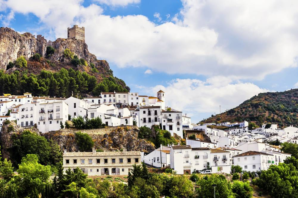https://uwalk.ie/wp-content/uploads/2019/01/Andalucia-Walking-Tour-Zahara-de-la-Sierra.jpg