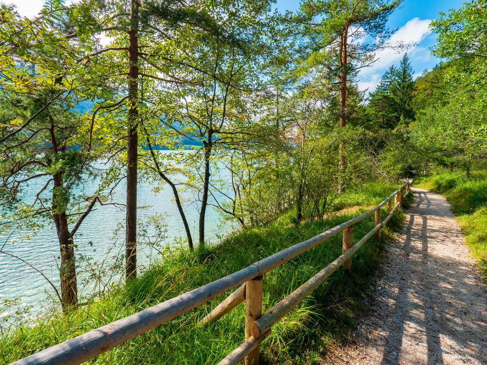 https://uwalk.ie/wp-content/uploads/2019/01/Austria-Ten-Lakes-Trekking-Tour-Lake-Fuschlsee.jpg