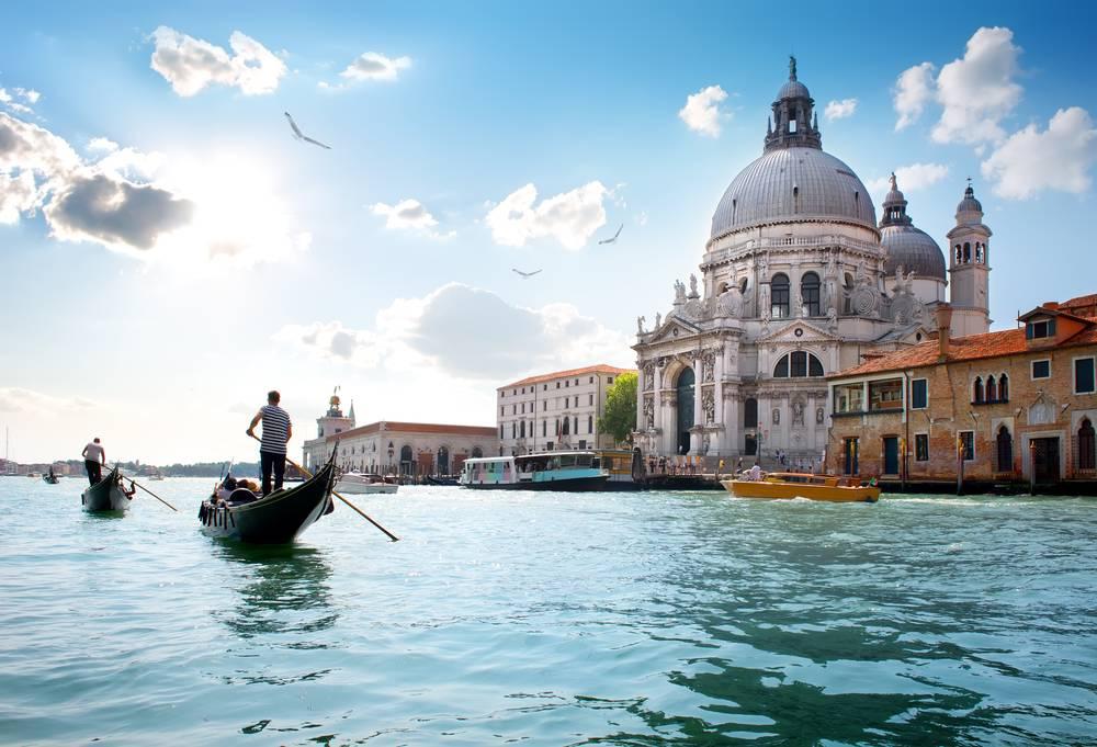 https://uwalk.ie/wp-content/uploads/2019/01/Lake-Garda-Venice-Walking-Tour-5.jpg