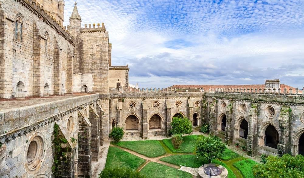 https://uwalk.ie/wp-content/uploads/2019/01/Portugal-Walking-Tour-Paradise-Evora-Cathedral.jpg