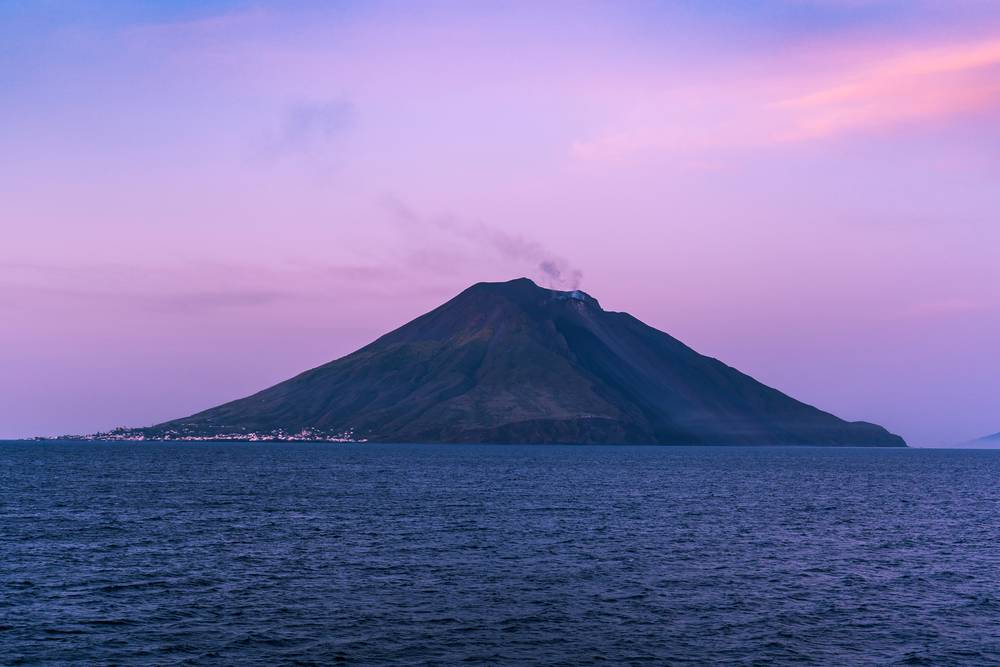 https://uwalk.ie/wp-content/uploads/2019/01/Sicilian-Volcanoes-Walking-Tour-Stomboli.jpg