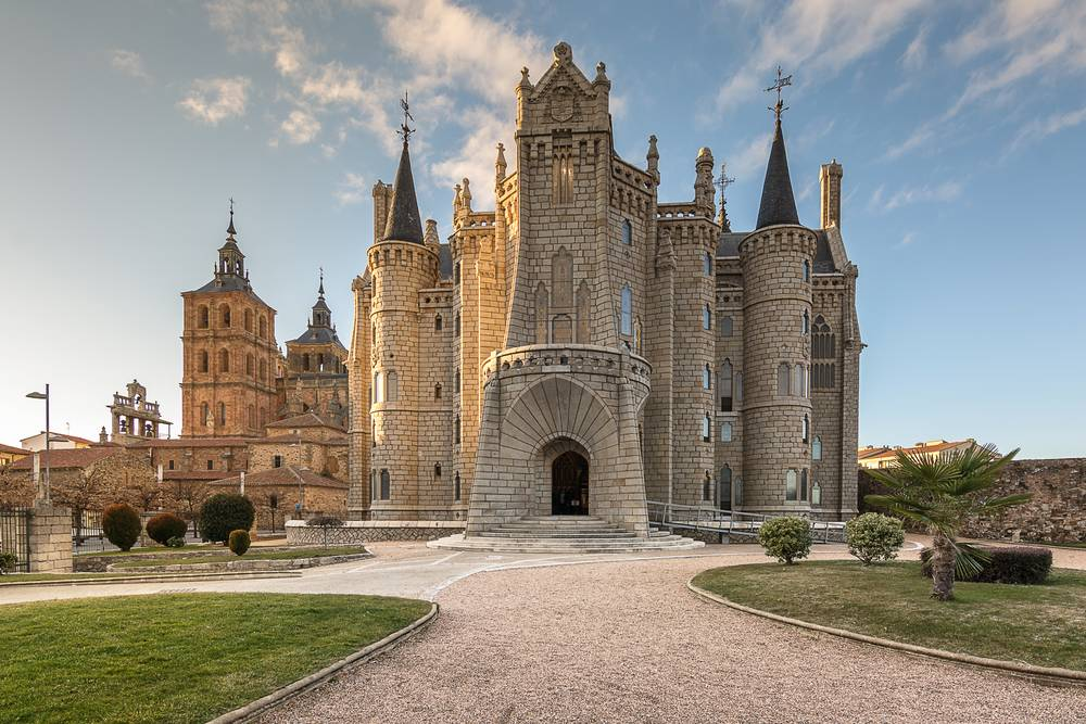 https://uwalk.ie/wp-content/uploads/2019/11/Astorga-Epsiscopal-Palace-French-Way-Walking-Tour-Stage-4.jpg