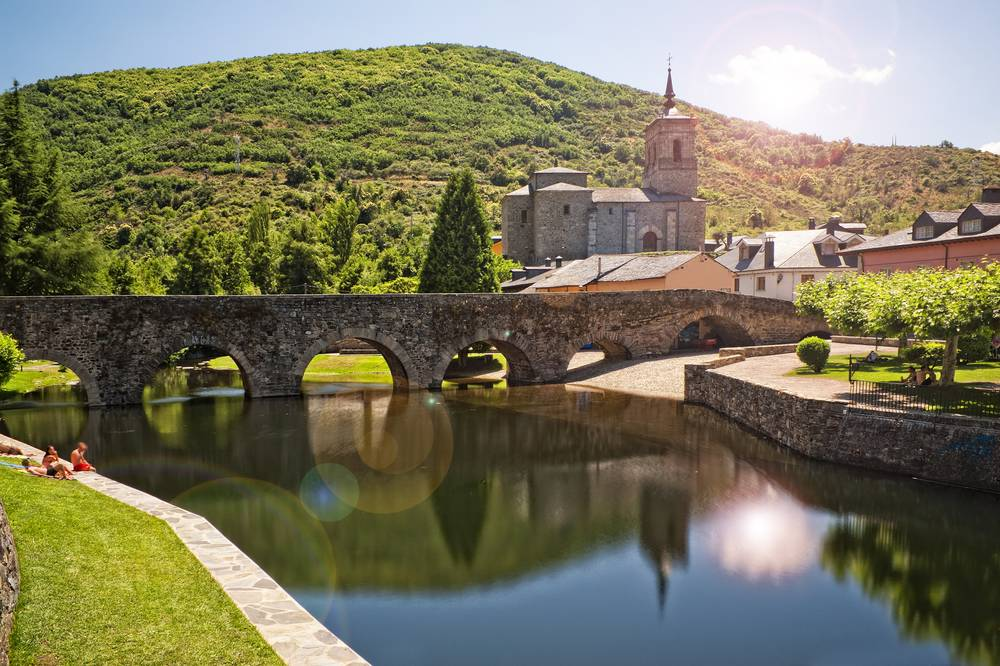 https://uwalk.ie/wp-content/uploads/2019/11/Roman-bridge-in-Molinaseca-French-Way-Walking-Tour-Stage-5.jpg
