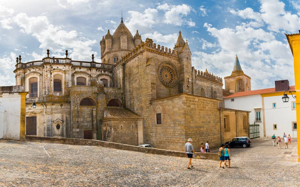 https://uwalk.ie/wp-content/uploads/2020/06/Portugal-Walking-Tour-–-Castle-and-Beaches-5.jpg
