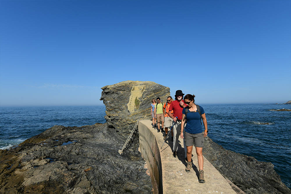 https://uwalk.ie/wp-content/uploads/2020/06/Portugal-Walking-Tour-–-Castle-and-Beaches-9.jpg
