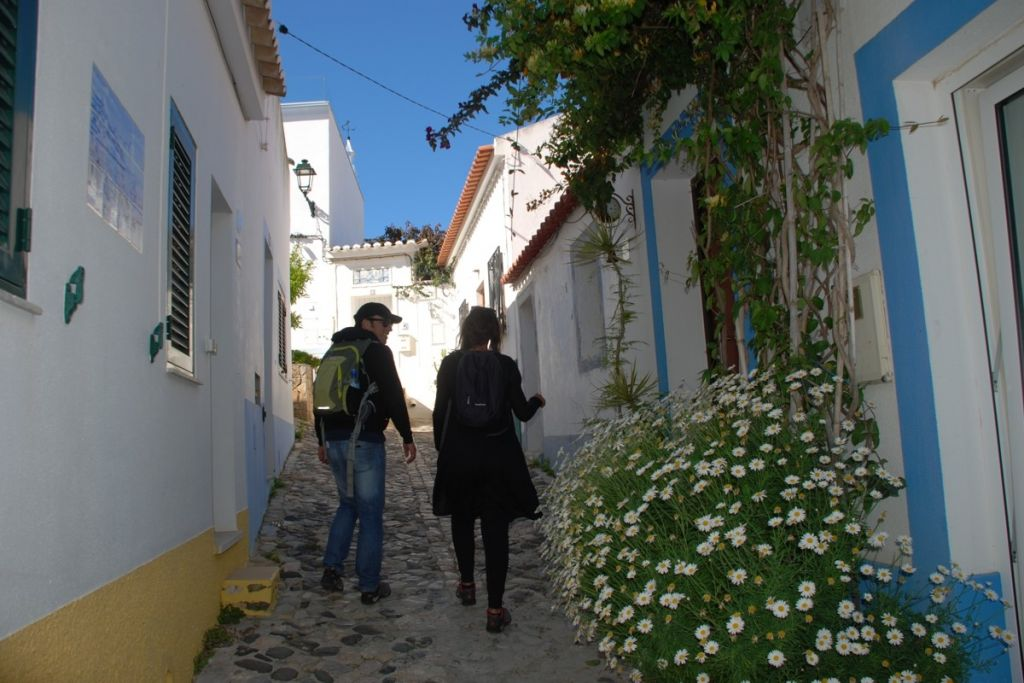 https://uwalk.ie/wp-content/uploads/2020/12/Whitewashed_walls_west_Algarve_village.jpg